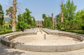 Golestan Palace with empty pool in the garden — Stock Photo