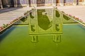 Riflessione del raggruppamento di Moschea di Nasir al-Mulk — Foto Stock