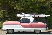 Old fashioned american automobile with surfboard in Vancouver. C — Stock fotografie