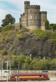 Antique tower and train line in Edinburgh, Scotland. UK — Stockfoto