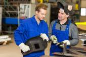 Instructor teaching trainee how to weld metal — Stockfoto
