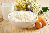Ricotta con latte e uova sul prato fiori backgrou — Foto Stock