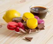Macaroon with  chocolate, raspberry,  lemon and coffee cup  — Stock Photo