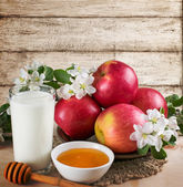 Red apples with milk and honey — Stock Photo