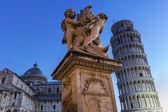 Statue von Engeln nahe schiefen Turm und dem Dom von Pisa — Stockfoto