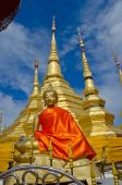 Gloden Seated Buddha Image with Golden Pagoda — Stock fotografie