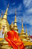 Gloden seduti immagine di buddha con pagoda dorata — Foto Stock