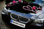 Car decked with flowers for your wedding — Stock Photo