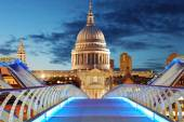 Millennium Bridge leads to Saint Paul's Cathedral — Stock Photo