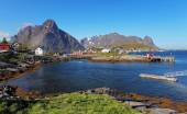 Picturesque fishing town of Reine by the fjord on Lofoten island — Fotografia Stock
