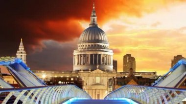Millennium Bridge and Saint Paul's Cathedral in London, Time lapse — Stock Video