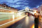 Ponte Rialto and gondola at sunset in Venice, Italy — Stok fotoğraf