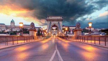 Chain Bridge in Budapest in evening. — Stock Video