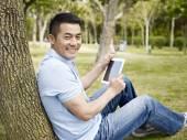 Asijské muži venku pomocí tabletu — Stock fotografie