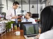 Многонациональных руководителей обсуждения бизнес в офисе — Стоковое фото