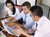 Multinationale Unternehmen Menschen treffen im Büro — Stockfoto