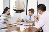 跨国商人讨论在办公室的销售业绩 — 图库照片