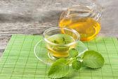 Zelený čaj s mátou na pohár a pot — Stock fotografie