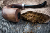 Smoking  pear pipe and tobacco on burlap — Foto de Stock
