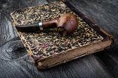 Smoking pipe on vintage book — ストック写真