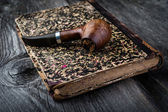Smoking pipe on vintage book — Fotografia Stock