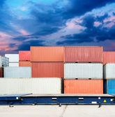 Zásobník kontejnery s nákladem v docích — Stock fotografie