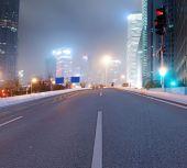 アスファルトの道路と近代的な都市 — ストック写真