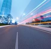 Estrada de asfalto e cidade moderna — Fotografia Stock