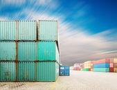 Pila di container al molo — Foto Stock