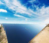 Panneaux solaires contre le ciel bleu — Photo