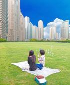 女孩玩的脸给现代城市 — 图库照片
