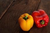 Красный и желтый сладкий перец. — Стоковое фото