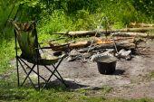Ontspannen en bereiden van voedsel op kampvuur op camping — Stockfoto