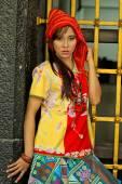 ワーミング バティック インドネシアのきれいな女性 — ストック写真
