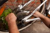 Serviceman repairing a bicycle tire with tools — Stock fotografie