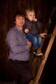Ojciec i syn w wykończonym w drewnie — Zdjęcie stockowe