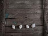 Ovos de Páscoa em fundo de madeira — Fotografia Stock