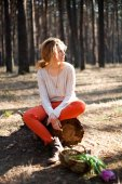Beautiful stylish Young woman outdoors in the forest — Zdjęcie stockowe