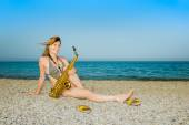Girl saxophonist — Stock Photo