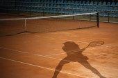 Tenisový kurt a hráč stín — Stock fotografie