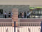 Persone in piedi in una coda davanti al Consolato generale di Italia — Foto Stock