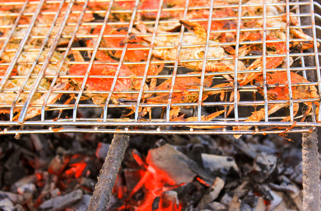 Grilled crab on flaming grill. — Stock Photo