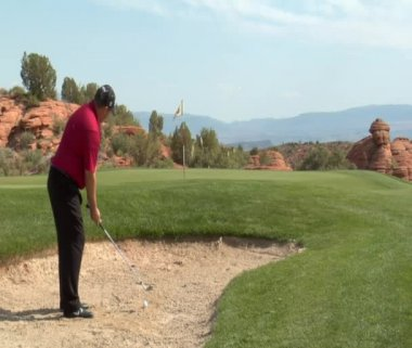 Golfer chipping out — Stock Video