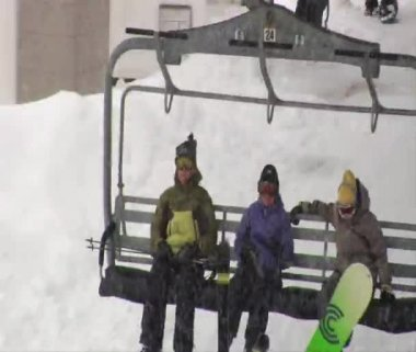 Kids settle onto a chairlift — Stock Video