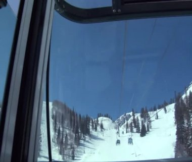 Enclosed chairlifts passing — Stock Video
