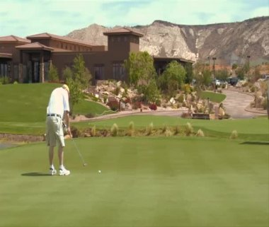 Man putting on golf green field — Video Stock
