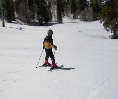 Little kids skiing well downhill — Stock Video