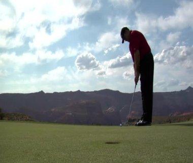 Man putts golf ball — Stock Video