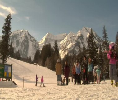 Skiers at base of hill gather — Video Stock