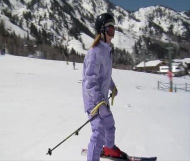 Skier dressed in pale purple snowsuit — Stock Video